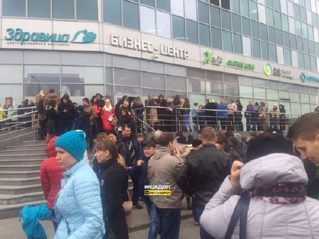 В новосибирских торговых центрах и школах проводится экстренная эвакуация