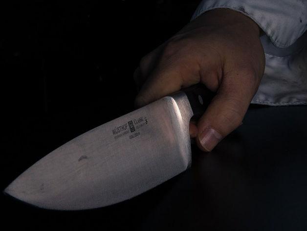 В Новосибирске местный житель ударил товарища ножом в грудь