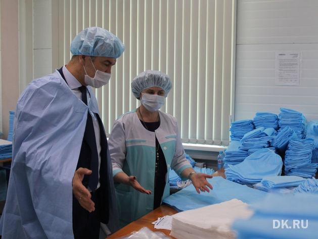 Бердское предприятие вполовину увеличило производство костюмов врача-инфекциониста