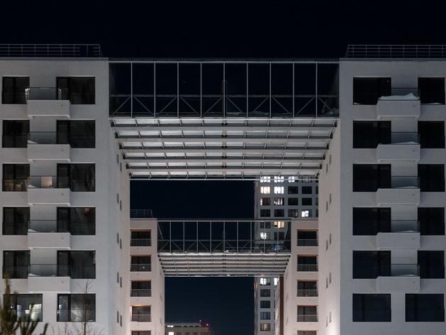 Четырехчастный дом с террасами между зданиями появился в Новосибирске